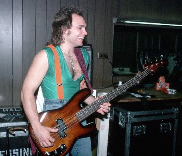 Who S The Better Bass Player Michael Anthony Or Wolfgang Van Halen Quora