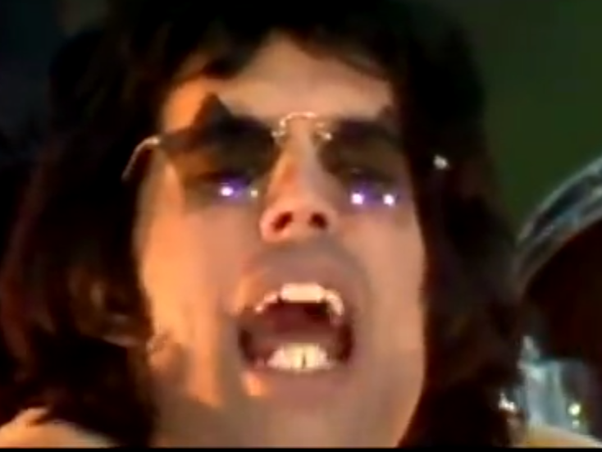 what was wrong with freddie mercurys teeth why didnt he