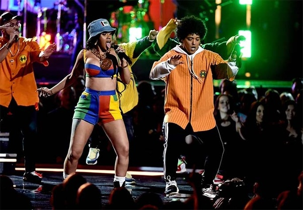 what hoodie outfit was bruno mars wearing in the finesse