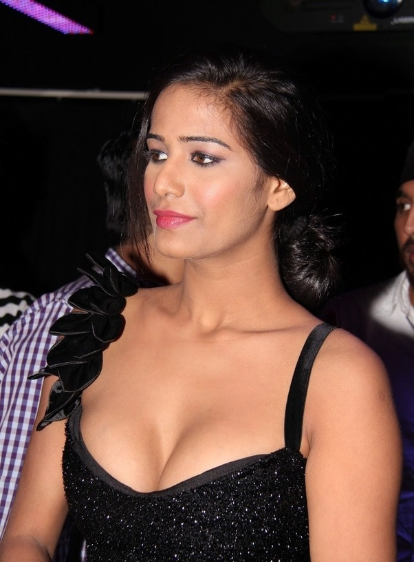 Bollywood actress sexy cleavage