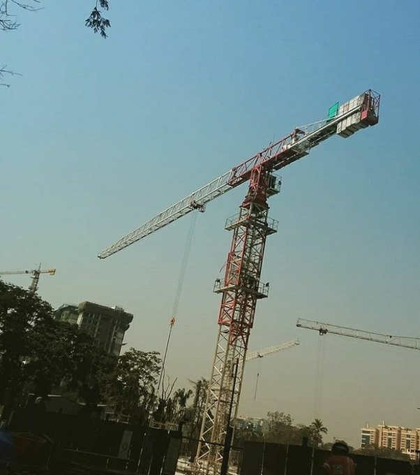 Who pays the costs for tower cranes at big construction
