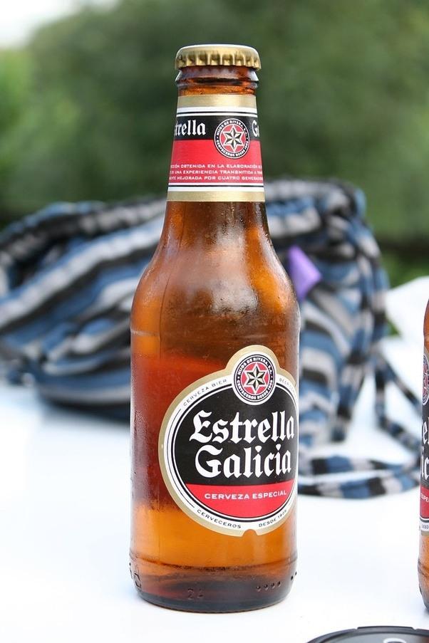 Nos anos 50, a Estrella Galicia inicia um processo de remodelação em que se  automatizam os processos de produção, permitindo oferecer um produto  consistente ...