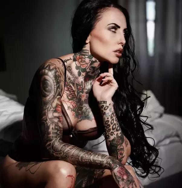 Schöner Rotschopf Mit Tattoo