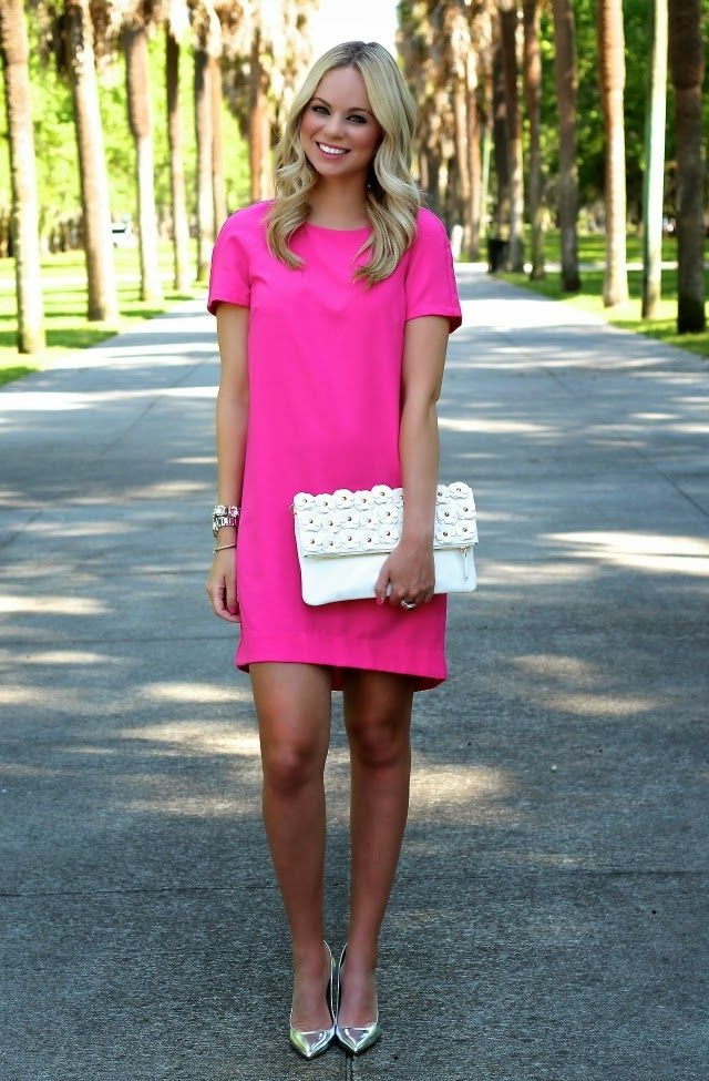 7a0f9ba217fd5 Fuchsia shift dress with short sleeves looks damn hot with white clutch and  shiny silvery pointed-toe pumps