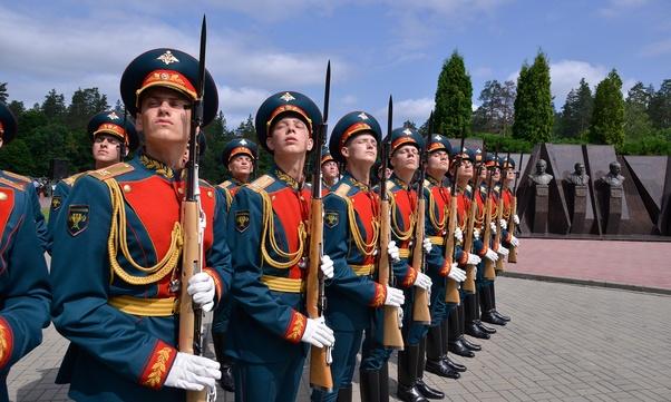 Why do Kremlin Presidential Regiment guards tilt their heads