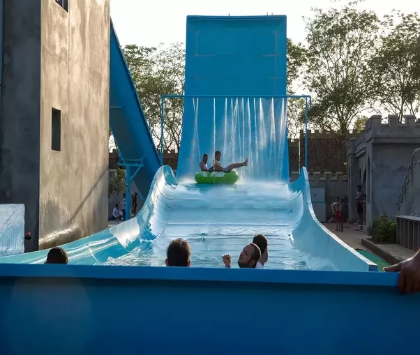 Qual è il nome del luogo che dovrebbe avere parchi acquatici e di avventura a Hyderabad?