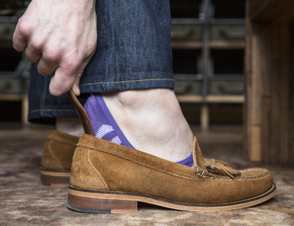 Are loafers supposed to be worn without socks?