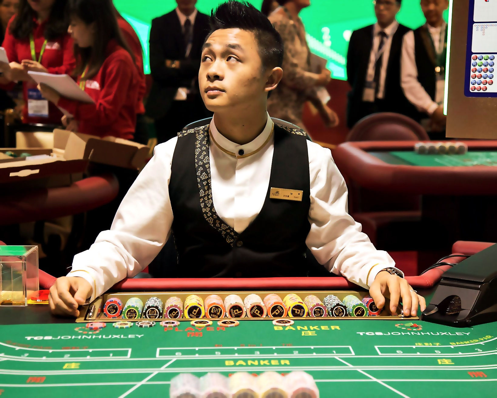 Are the live dealers in online casinos really live? - Quora