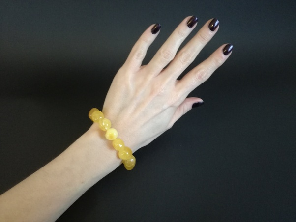 In-Which-Hand-Should-Girls-Wear-Bracelet-Baltic-Amber-bracelet-2