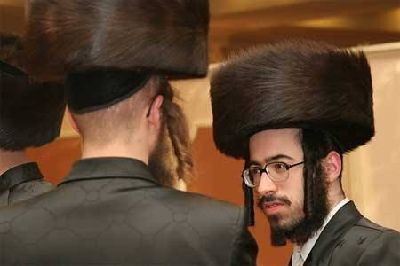 What is the origin of the Jewish fur hat?