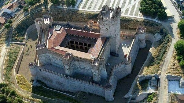 castle of la mota which effectively is a transitional castle that endured traditional and artillery sieges while retaining the great walls a beautiful