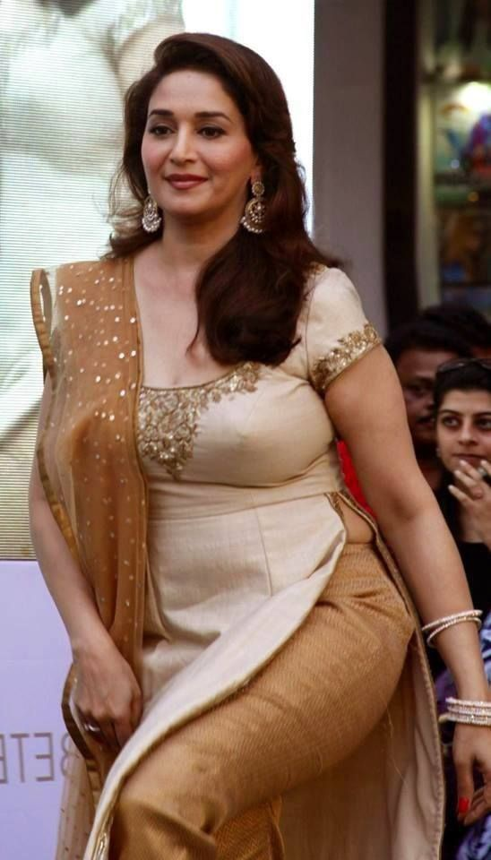 What are some hot pictures of mature Bollywood actresses