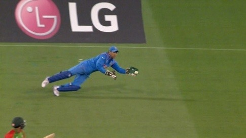 Who is the best wicket keeper in cricket: Andy Flower ... Ms Dhoni Wicket Keeping Diving