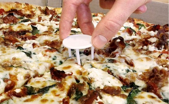 It keeps the top of the box off your pizza so that it doesnu0027t touch the toppings. & Why do pizzas have a plastic table in their center? - Quora