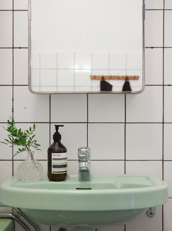 What color s or lighting would help offset minimize awful for Avocado green bathroom ideas