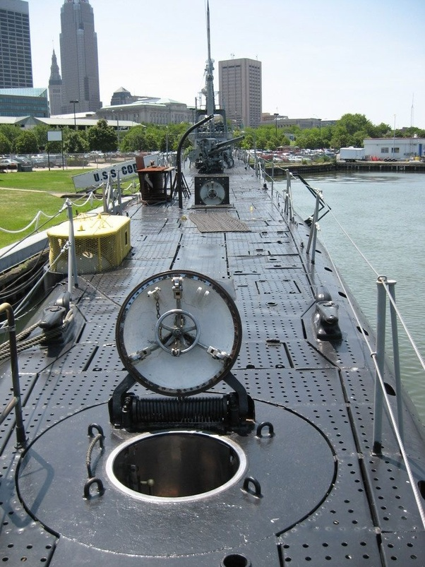 How do hatches on submarines seal and stay water tight under pressure? -  Quora