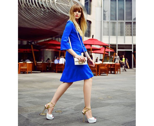 Above  Here s a deep navy blue dress (indigo blue to my eyes) worn with tan  sandals with a handbag that has the same color in both the handle and the  trim. 8b9006119de