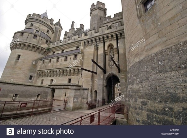 It had a gatehouse with two gates behind each other and a drawbridge. Left of the main gate is a smaller door with drawbridge. & Did the gates on medieval castles/cities open inwards or outwards ...