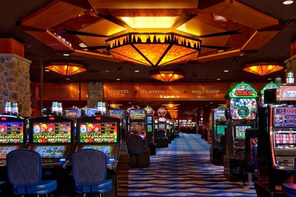 How do casinos make money on Texas Hold em poker