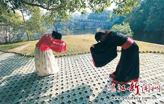 Why is chinas bowing culture so different from japans quora japanese style bowing was a traditional han greeting gesture people bowed to each other with their hands holding together and reaching forward m4hsunfo
