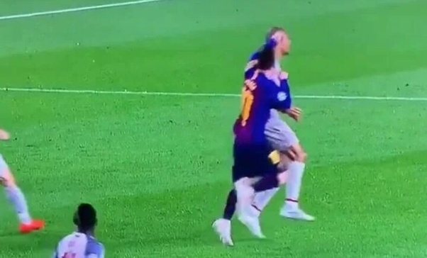 Did Lionel Messi really punch Fabinho? Did he moved the ball