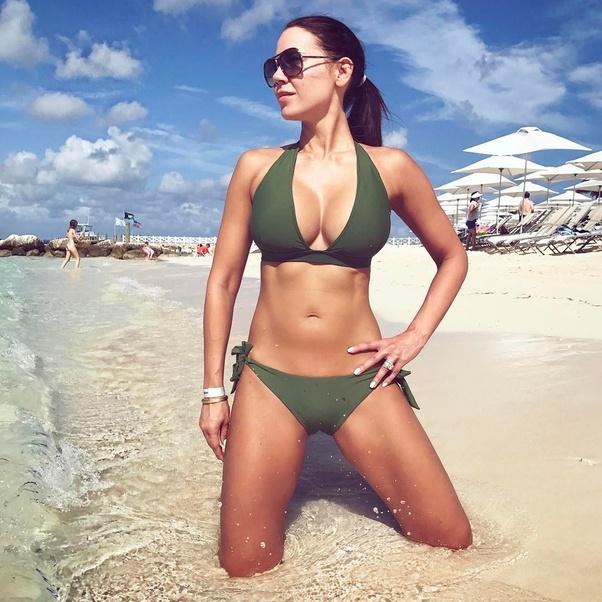Med hennesslank kropp og Mørkebrun hårtype uten BH (BH-størrelse ) på stranda i bikini