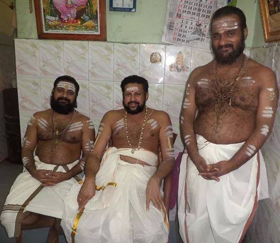Do the Kerala priests in temple need to wear new clothes