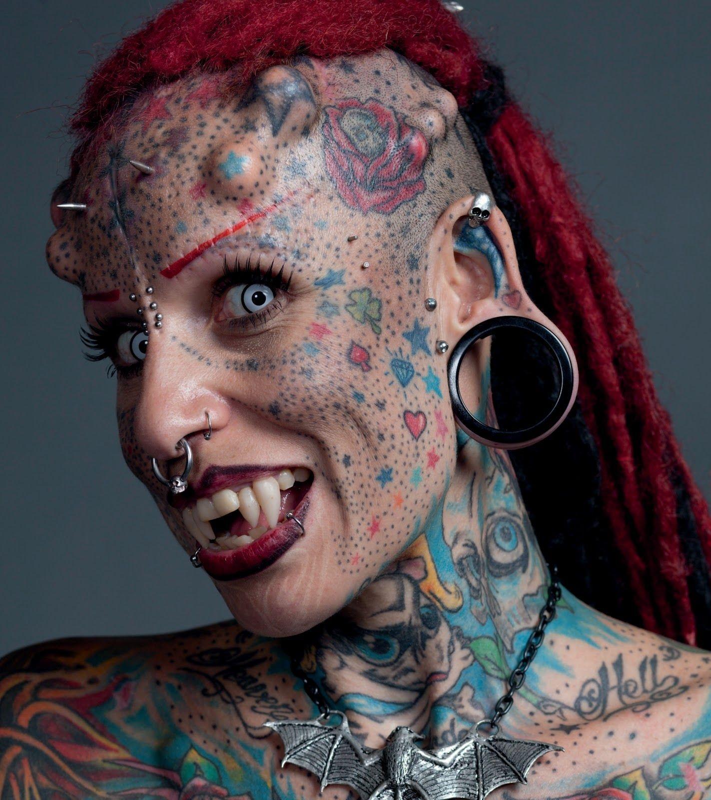 Bedeckt mit Piercings im Gesicht — foto 9