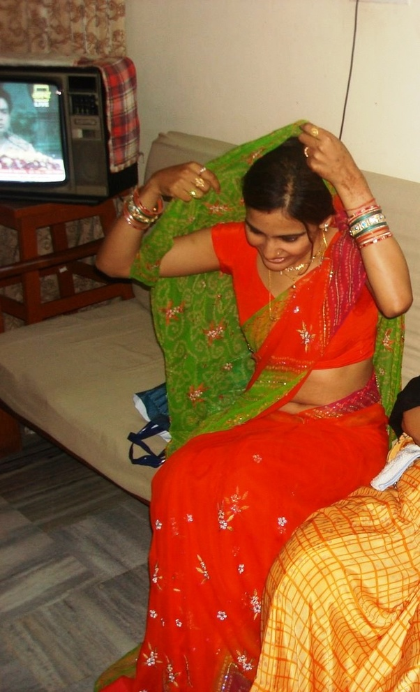 Should I expose my navel while I wear saree? - Quora