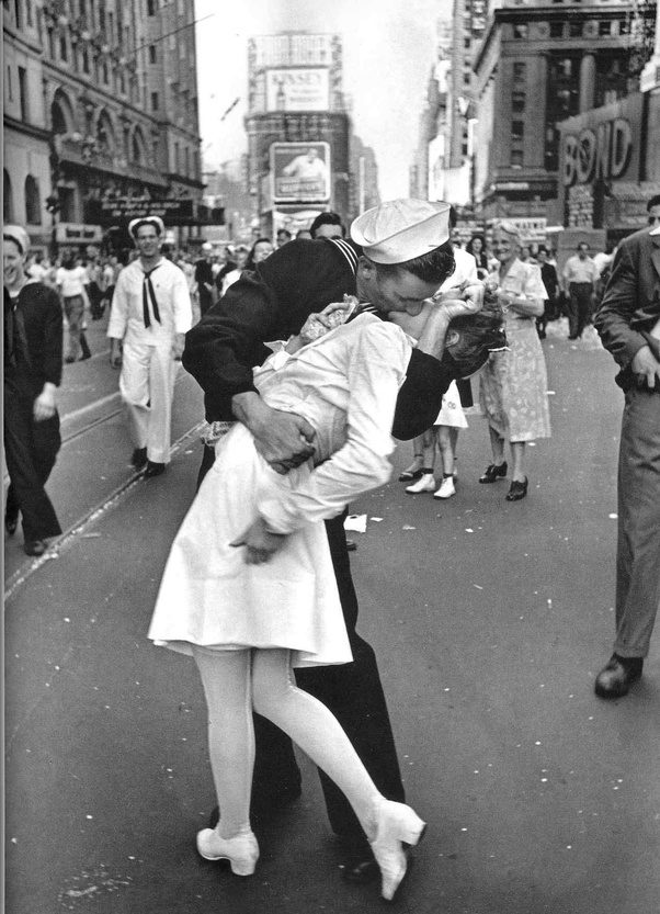 V j day in times square kiss by alfred eisenstaedt august 27 1945 life