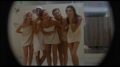 teen-girls-in-locker-roons