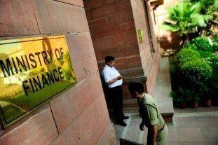 Quelle est l'importance des relations entre la banque centrale (comme la RBI) d'un pays et le ministère des Finances chargé du développement économique et de la croissance?