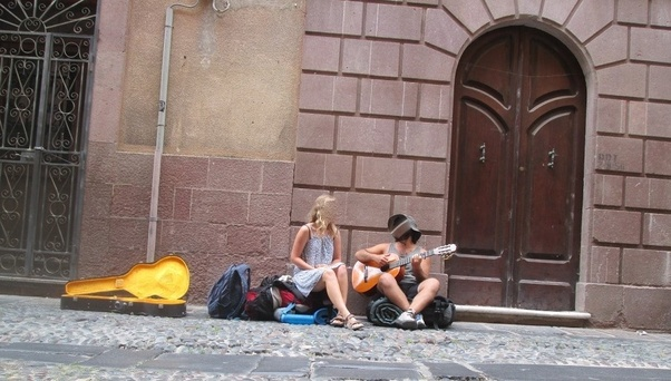 slow corsica, autostop, viaggi lenti, viaggiare con lentezza, Sardegna, artisti di strada, buskers, musicisti di strada