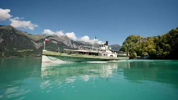 Vado in Svizzera a luglio per 7 giorni.  Volerò a Ginevra e rimarrò a Interlaken.  qual è il modo migliore per coprire i momenti salienti in treno?