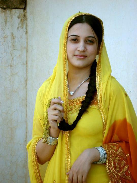 what makes pakistani girls like satah khan or momina