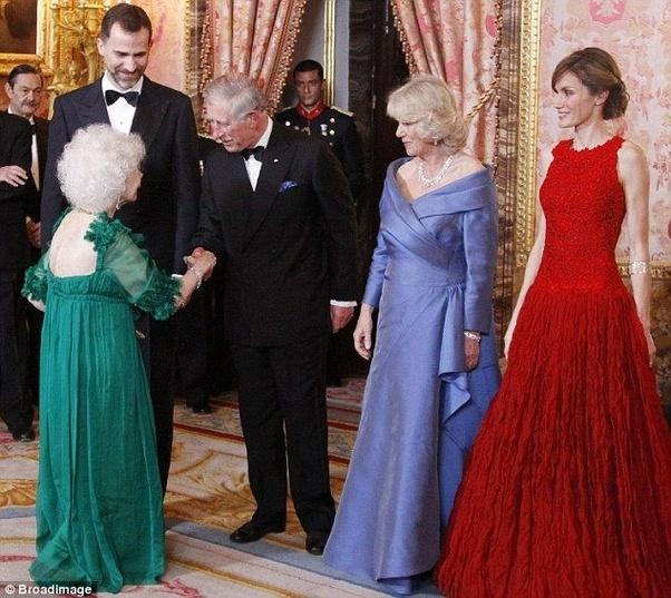 Самая титулованная герцогиня Альба и королева Елизавета II. Кто кому должен кланяться?