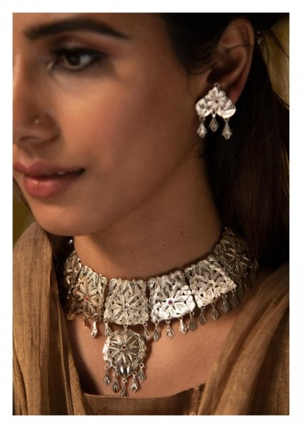 46b331bfc2 A piece of Antique silver necklace is all that you need to rock a friends  wedding. This piece of jewelry has its own grace and style.