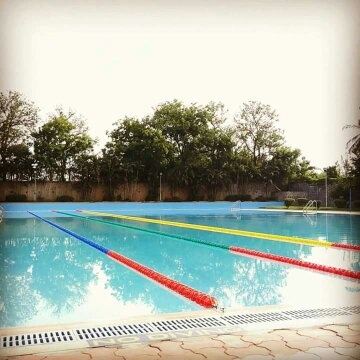 How is the swimming pool in vit and are there any trainers for