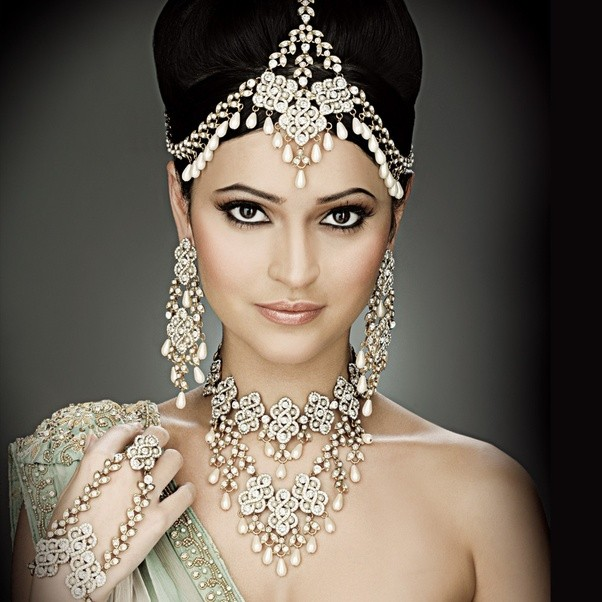 How should one pick the perfect wedding jewellery in Delhi from