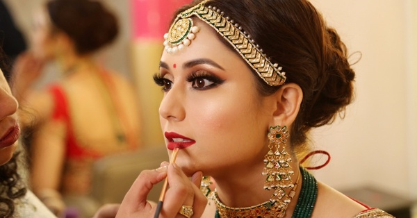 Trying the latest bridal makeup trends on your wedding will be a good choice to enchant your groom and leave everyone spellbound.