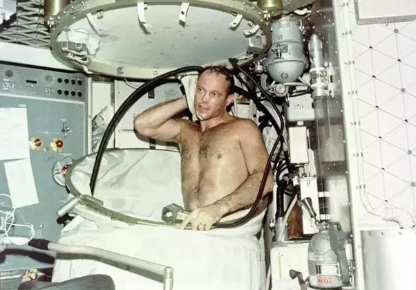 astronaut shampoos hair in space - photo #41