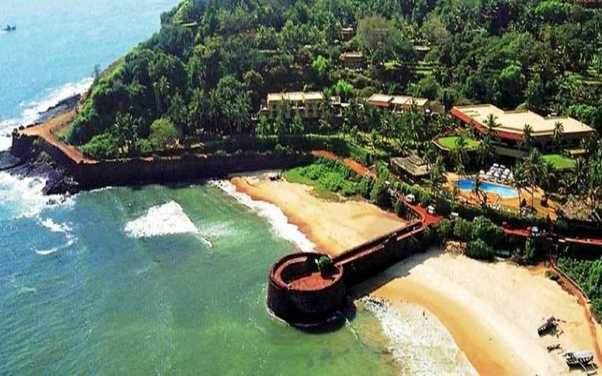 How to reach my hotel that is near Candolim beach from Goa Airport