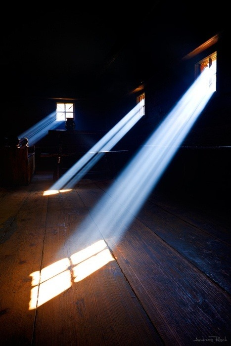 tyndall effect Tyndall effect the tyndall effect is caused by reflection of light by very small particles in suspension in a trasnparent medium it is often seen from the dust in the air when sunlight comes in through a window, or comes down through holes in clouds.