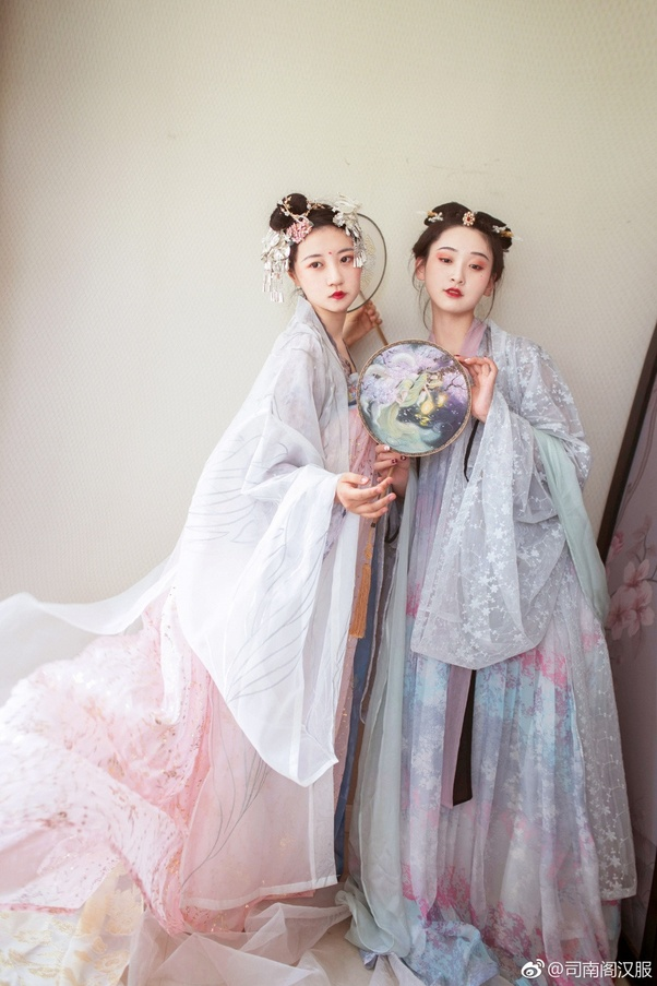 345e3c597 Cosplay Hanfu - refers to modernized Hanfu styles that reflect modern  aesthetics, but retains the 'historical' look (usually very fairy-like and  mixtures of ...