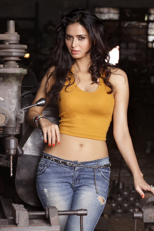 Which Indian Actress Has An Awesome Midriff Along With A T-Shaped Or Round Navel To -1486