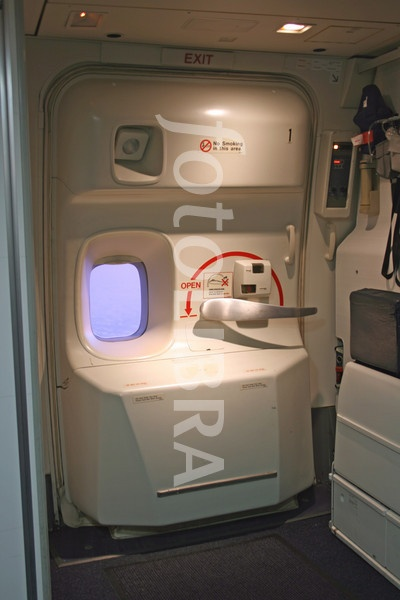 See that bar and that long arrow with the OPEN sign? Just follow the instructions \u0026 you\u0027ll be able to open the door on the ground. When flying you\u0027ll have ... & How to open a Boeing 747\u2013400\u0027s door - Quora