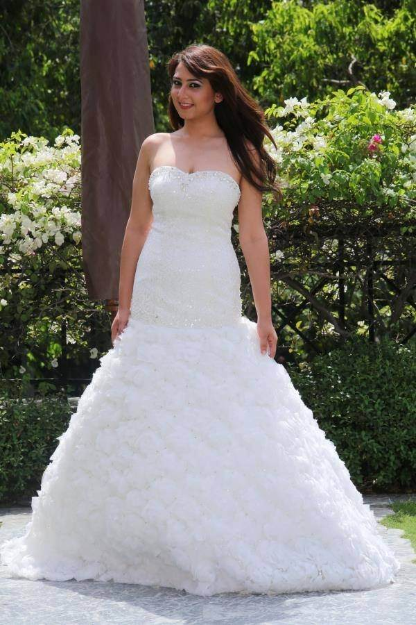 Were can I find a Christian wedding gowns store in Mumbai or Delhi ...