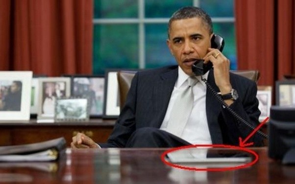 Has Been Seen On Countless Occasions With An Ipad And Based The Picture Below Yes President A Computer At His Desk In Oval Office