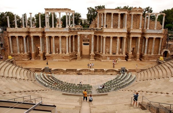 what are some examples of roman or ancient greek architecture